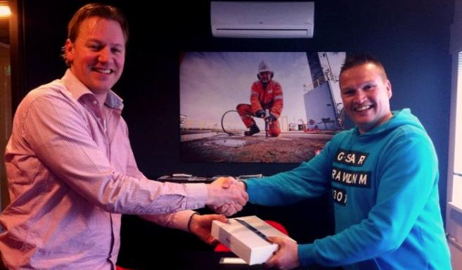 (Michiel Merkus, Atlas Unit Manager, hands over an iPad to Jan Mulder, who introduced Cor Draijer as a new Atlas' employee).